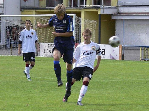 Domácí Šťastný (ve světlém) atakuje hráče soupeřova mužstva v přátelském mezinárodním utkání v kopané, ve kterém starší dorostenci FC Písek U19 prohráli 1:2 s týmem TSV Mnichov 1860.