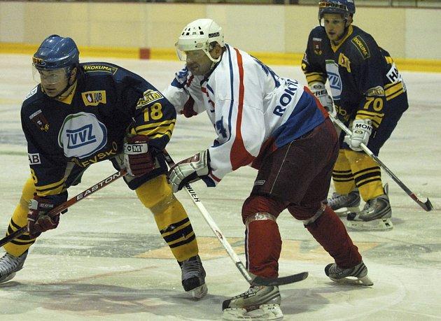 Milevský Petr Šulčík (na snímku vlevo v souboji s rokycanským Kreuzmanem) se v domácím zápase proti Benešovu (2:3 v prodloužení) střelecky neprosadil.