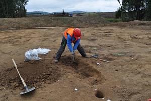 Archeologové na stavbě dálnice našli základy barokní kaple i pravěkou osadu.