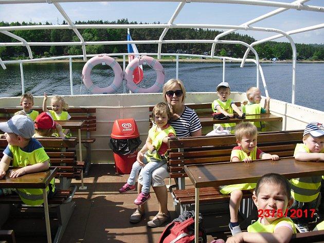 Děti z čimelické mateřinky se projely na lodi.