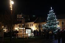 V Mirovicích už rozsvítili vánoční strom.