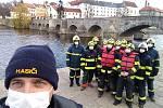 Lukáš Nebes se svými kolegy při čištění ledolamů Kamenného mostu.