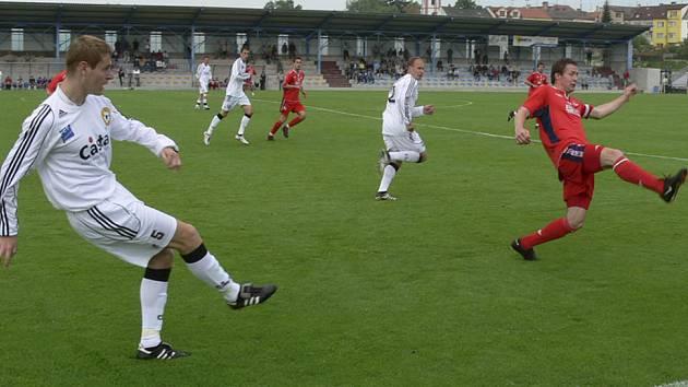 VENKU SE NEDAŘÍ. Písecký Ondřej Kosobud (vlevo) rozehrává míč na nabíhajícího spoluhráče, balon se snaží zblokovat Petr Zedník. V sobotu se Bzovou však písecký celek prohrál 1:3.