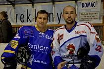 Dva bratři nastoupili ve středu proti sobě v zápase první hokejové ligy Písek - Tábor. Vlevo je domácí Jiří Kudrna, vedle něho je táborský Jan Kudrna.
