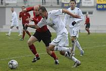 Domácí Jan Pastyrik (v bílém) uniká Petru Vladykovi v zápase České fotbalové ligy, ve kterém Písek doma podlehl Chrudimi 0:2.