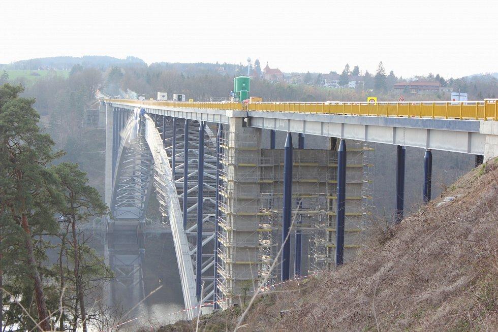 Rekonstrukce Žďákovského mostu. Stav ze dne 30. března.