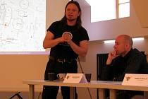 DOTKNI SE PÍSKU. Ve středu 16. dubna se ve Sladovně konala tisková konference k letošním městských slavnostem. Na snímku přibližuje letošní projekt Petr Nůsek (vlevo) z historické skupiny ARGO, přísedí Robin Mikušiak - producent akce.
