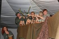Písecká Nitka s představením Lovci mamutů.
