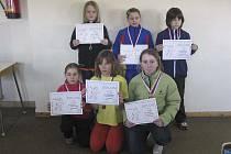 Na snímku jsou nejlepší dívky v hodu medicinbalem. V horní řadě je vítězka Eliška Reindlová z Milevska, v pokleku (vlevo) je čtvrtá v pořadí Anna Bočanová a vpravo šestá Nela Kosková, obě z Chyšek.