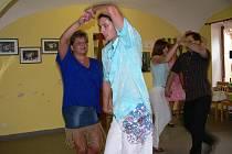 V RYTMU. V Písku probíhají kurzy salsy pro začátečníky i pokročilé. Pondělní hodinu si užilo osm tanečníků.