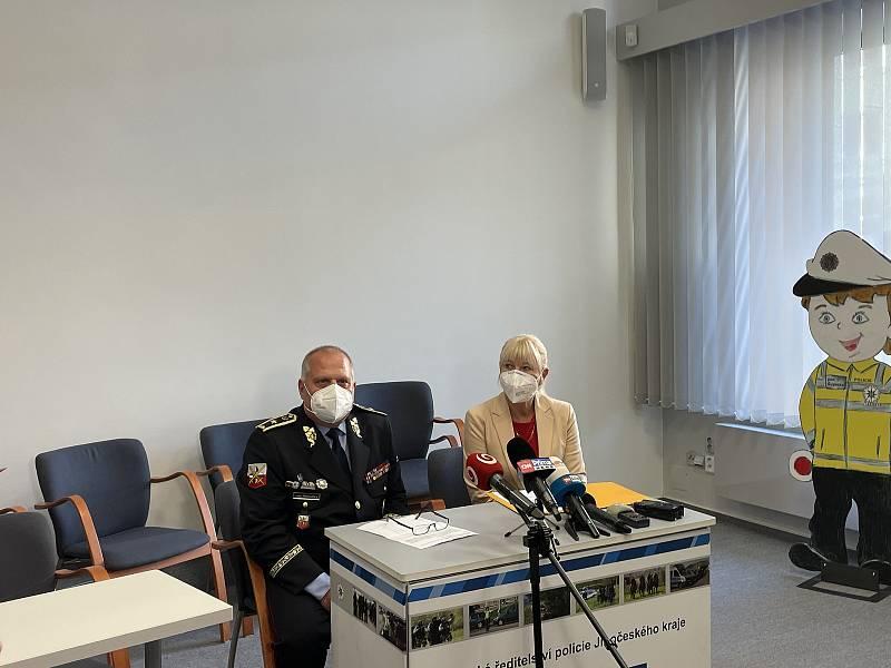 Tisková konference k vraždě mladé ženy.