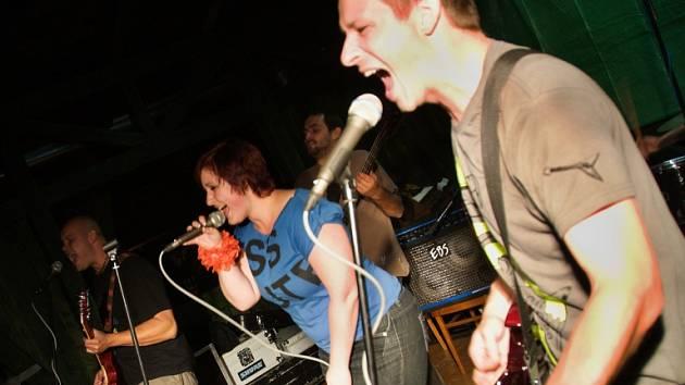 TAHÁKEM a vždy příjemným překvapením Bernfestu bývá milevská skupina Dusot dusících se králíků hrající známé rockové hity ve svých nápaditých úpravách.