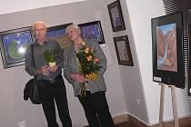 Výtvarnici Marii Plotěnou doprovodil na vernisáž výstavy v Prácheňském muzeu v Písku manžel Vladimír, se kterým oslavuje čtyřicet let společného života.