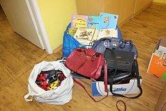 Mirotická knihovnice Monika Chylíková nám předala kromě kabelek také autíčka, knížky.
