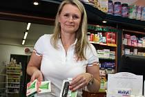Spolumajitelka Lékárny U Floriána v Písku Lenka Bártová nabízí pomůcky na odvykání kouření.