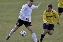 Čížovský Hynek Rybák (na snímku vlevo uniká Josefu Albertovi) vstřelil jediný gól utkání krajského fotbalového přeboru, ve kterém Lažiště doma podlehlo Čížové 0:1.