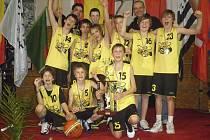 Na snímku jsou hráči a trenéři týmu píseckých Sršňů kategorie U13 s nádherným pohárem a se zlatými medailemi za vítězství na mezinárodním turnaji mládeže ve francouzském Pacé.