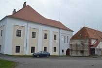 Rekonstruovaná sgrafita na zámku v Čížové.