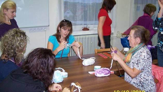 Zájemci pletli na tvořivém kurzu šálu z volánkové příze.
