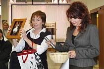 Na snímku z vernisáže výstavy v Portyči (zleva) Jitka Jarešová a vedoucí galerie Ivana Hejlová.