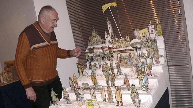 Řezbář Vladimír Müller na  výstavě v Prácheňském muzeu s betlémem, kde postavy mají podobu významných osobností spjatých s Pískem.