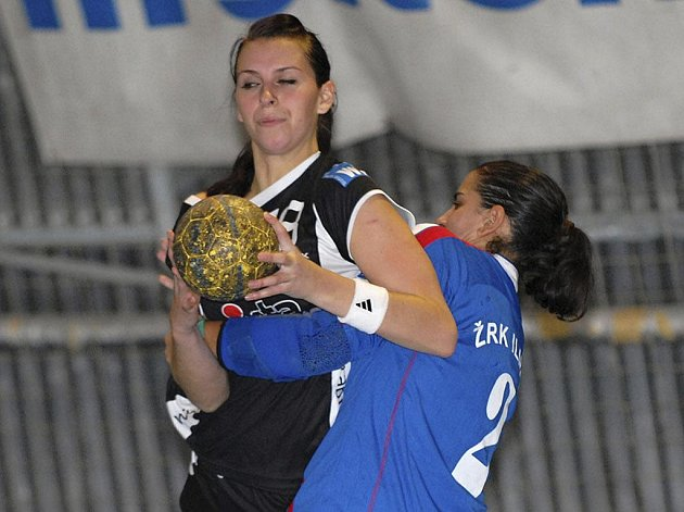 Maja Mihajlovičová (vpravo) brání ve střelbě Ivetě Luzumové v úvodním zápase házenkářského Challenge Cupu žen, ve kterém celek Písku zvítězil nad týmem ŽRK Ilidža z Bosny a Hercegoviny vysoko 40:24.