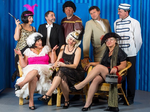 Na snímku jsou členové Divadelního spolku Prácheňská scéna Písek v komedii Tenor na roztrhání.