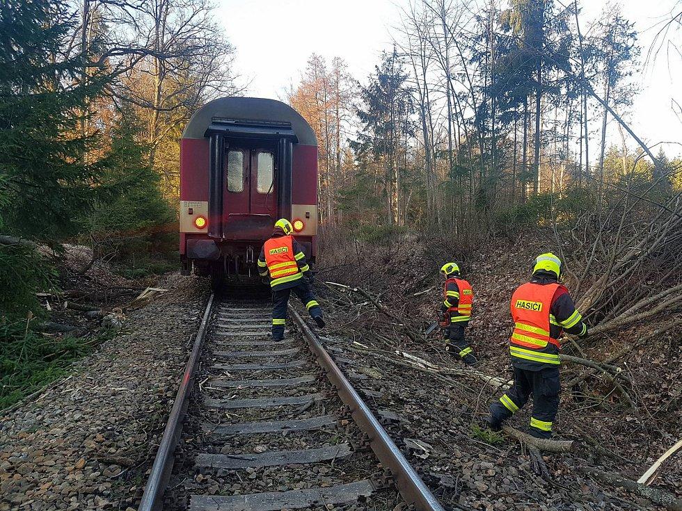 Na apríla u Čimelic na Písecku v důsledku silného větru spadl strom na koleje a narazil do něho osobní vlak. Hasiči nejdříve evakuovali cestující a pak cestu uvolnili.
