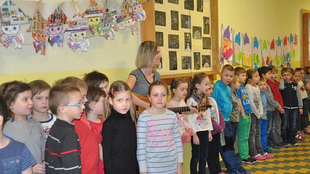 Každé pondělí před zahájením vyučování si děti ze ZŠ Jana Husa v Písku zazpívají.