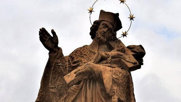 Kopie sochy sv. Jana Nepomuckého na Kamenném mostě v Písku.