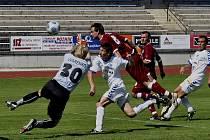 Hostující Vlastimil Švehla překonává hlavou brankáře Uvarenka a dává druhý gól svého týmu, vpravo celé akci přihlíží Jan Pastyrik. V utkání třetí fotbalové ligy remizoval Liberec B s Pískem 2:2.