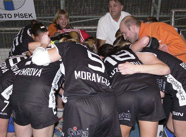 Písecké házenkářky se radují, spolu s trenérem družstva Janem Salačem (vpravo), z vítězství nad Šaľou.