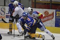 Hostující Bezouška (vpravo v bílém dresu) nedovoleně atakuje unikajícího Slavíka ve středečním zápase první hokejové ligy, ve kterém Písek prohrál s Vrchlabím 3:4.