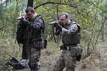 Jeden z účastníků airsoftové bitvy Michael Horák (na snímku vlevo) se zapojil také do soutěže ve střelbě ze vzduchovky.
