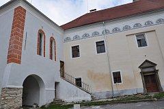 Kaple a  hlavní budova zámku v Čížové už mají novou fasádu. Připravuje se rekonstrukce interiéru.