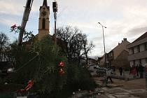 Vítr zlomil vánoční strom na náměstí E. Beneše.