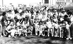 Pro poslední spartakiádu v roce 1985 v písecké sokolovně se nacvičovala také skladba pro rodiče a děti. Snímek byl pořízen před vystoupením na okresní spartakiádě.