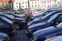 Velké náměstí v Písku plné aut, to je každodenní obrázek. Ve čtvrtek by to ale nemělo platit.