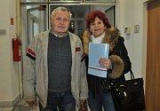 Okrskové komise odevzdávají protokoly o výsledcích voleb.