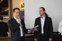 Miroslav Burda (vlevo) založil firmu Intelis s kolegy v roce 2008. Letos převzal od starosty města Ondřeje Veselého ocenění  Jihočeské hospodářské komory Firma roku Písecka.
