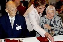 Na setkání nejstarších Písečanů přišel s manželkou Miladou Kratochvílové (83) i Karel Kratochvíle. Ten v tento den navíc slavil 91. narozeniny. Na snímku s Ludmilou Koštovou - vedoucí odboru kultury a cestovního ruchu MÚ Písek.