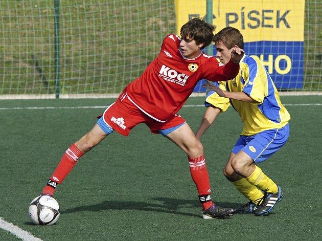 Písecký Roman Zahrádka (na snímku vlevo) vstřelil v utkání ve Veselí nad Lužnicí třetí branku svého týmu.