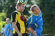 Milevští fotbalisté nevyhráli ani v pátém utkání sezony, v neděli v Branicích nestačili na Mariánské Lázně 2:4. Na snímku milevský Suchan přehlavičkoval Drahoráda.