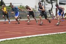 Na snímku je start závodu dorostenců v běhu na 100 metrů, uprostřed je bývalý chyšecký závodník Pavel Gocala, nyní SK Čéčova České Budějovice.