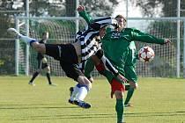 Na snímku domácí Moravec (vpravo) bojuje o míč s Rampou v zápase minulého kola fotbalové divize, ve kterém Čížová remizovala s Hořovickem 1:1.