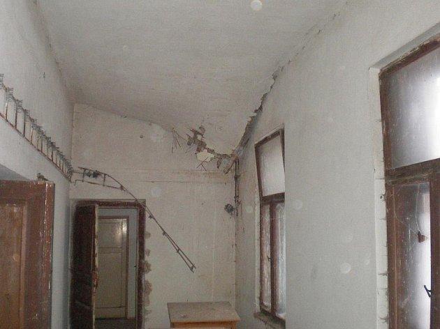 Vnitřek budovy bývalé školy v Rukávči u Milevska.