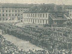 Přísaha národního vojska v areálu bývalých Žižkových kasáren v Písku 25. listopadu 1918.
