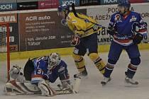 Domácí brankář Čech likviduje šanci hostujícího Janka ve středečním utkání první ligy, ve kterém hokejisté Tábora podlehli mužstvu Písku 2:4.