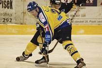 Domácí Radek Hovora (ve světlém) bojuje o puk s hráčem soupeřova mužstva ve středečním (7. 1.) utkání druhé hokejové ligy, ve kterém Písek prohrál doma se Sokolovem 0:3.