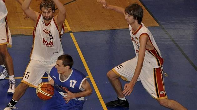 Druholigoví basketbalisté Sršni Písek sehrají o víkendu dva zápasy na domácí palubovce. V sobotu hostí Sokolov (18.00) a v neděli Karlovy Vary (11.00).